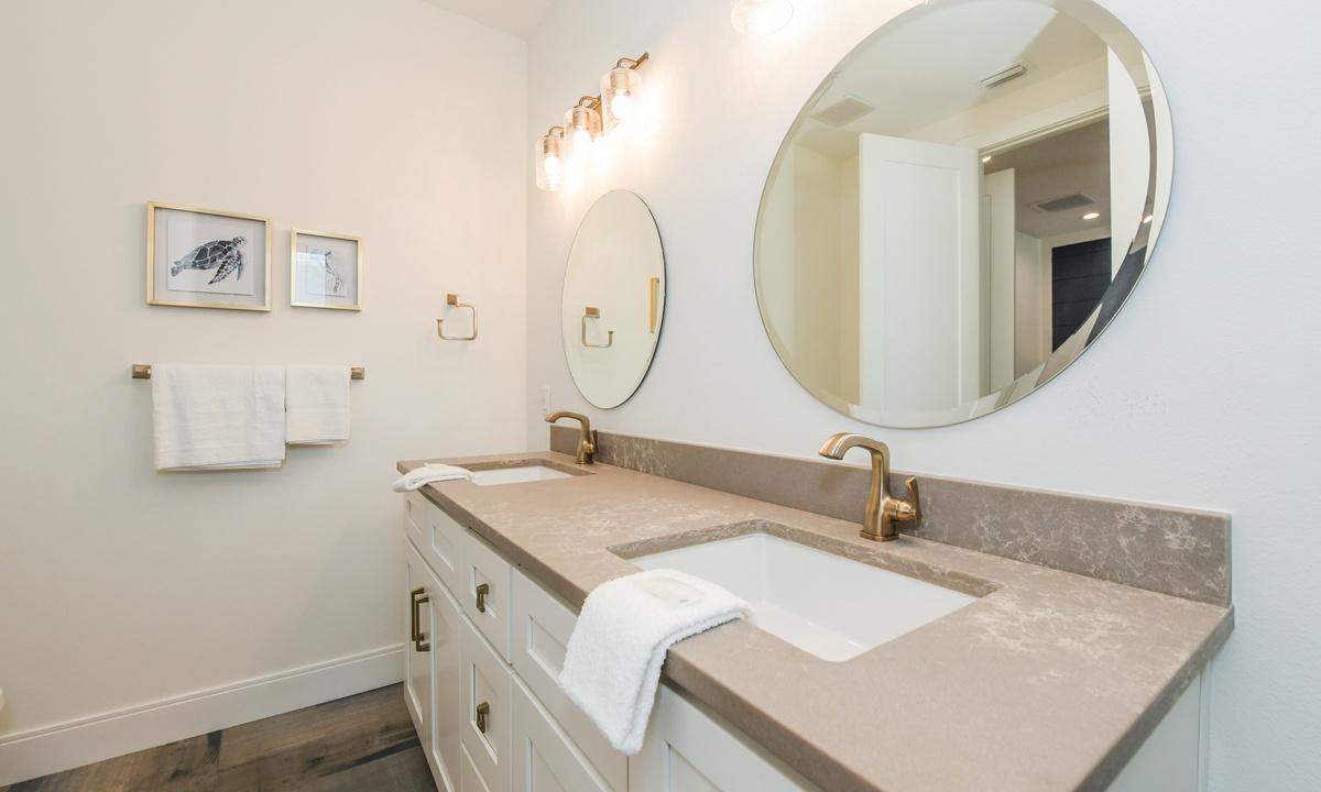 Ensuite Bathroom to Bedroom 3, Pirate's Cove - AMI Locals