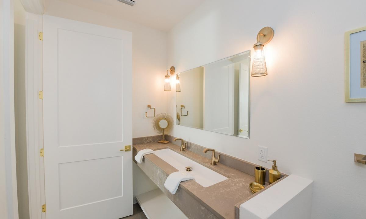 Ensuite Bathroom to Bedroom 7 (Master), Pirate's Cove - AMI Locals