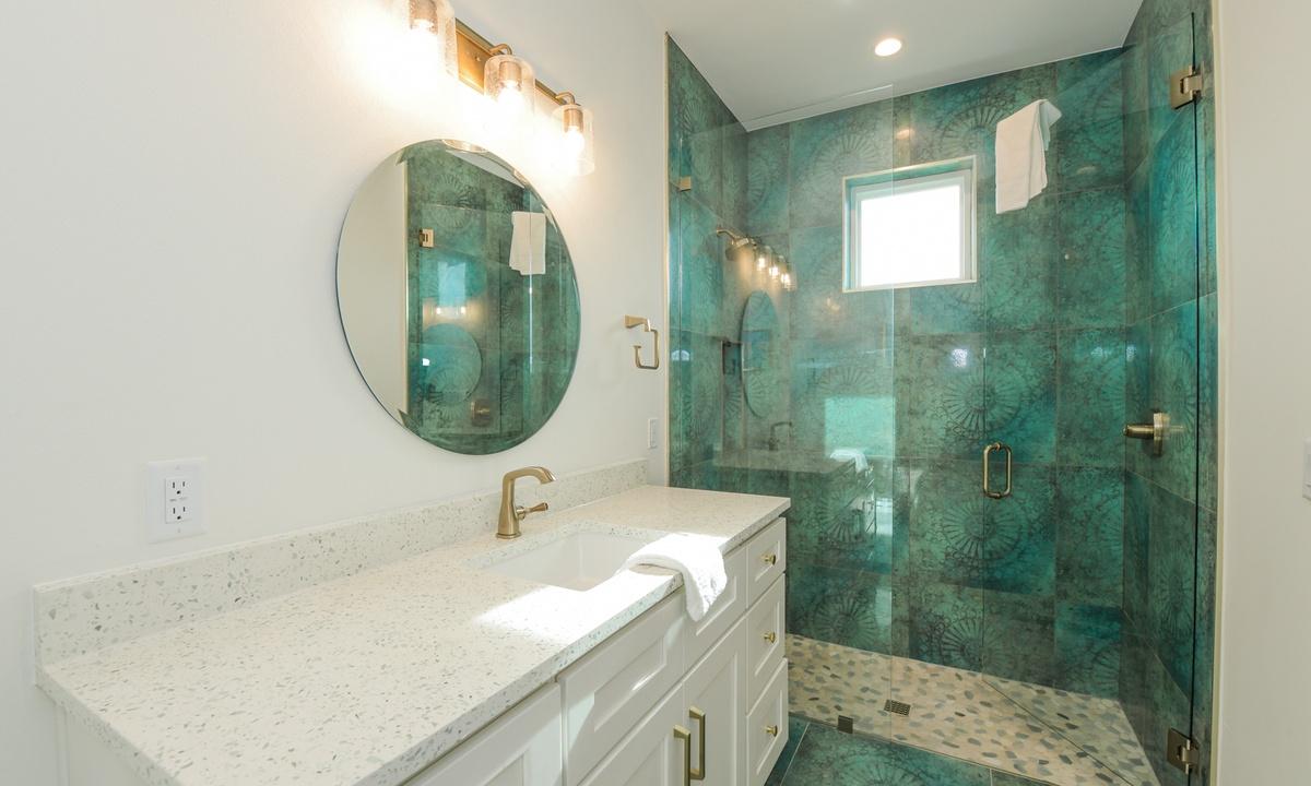 Ensuite Bathroom to Bedroom 6, Pirate's Cove - AMI Locals