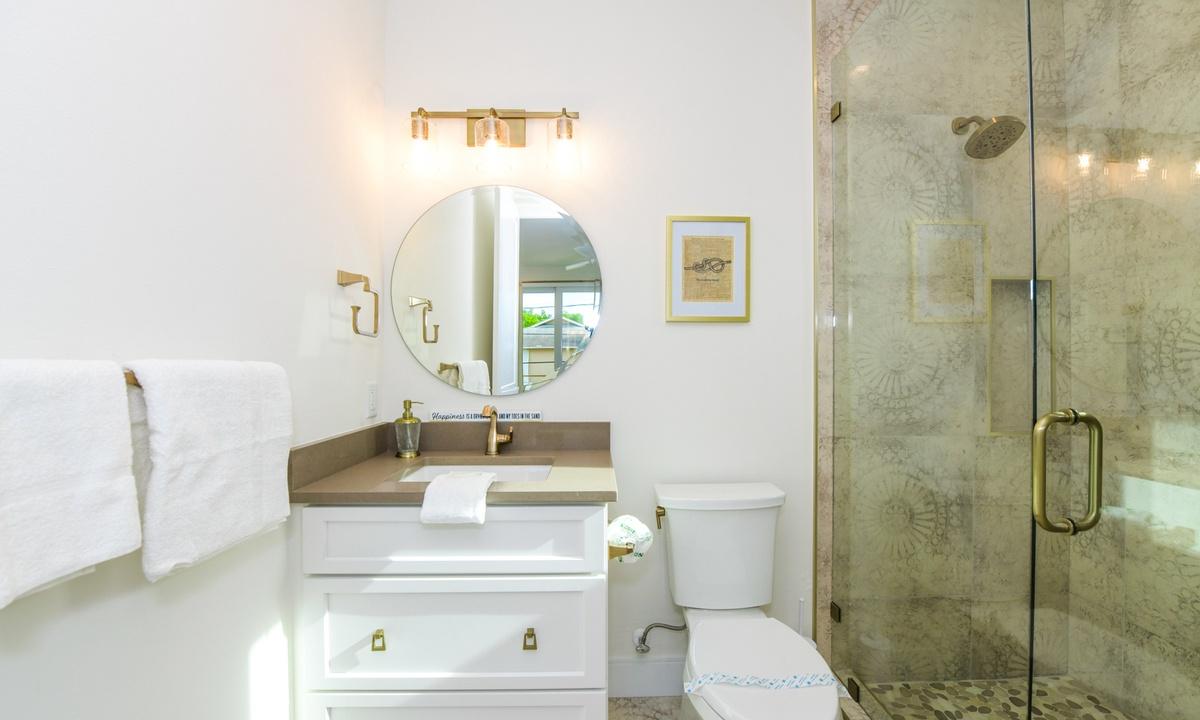 Ensuite Bathroom to Bedroom 2, Pirate's Cove - AMI Locals