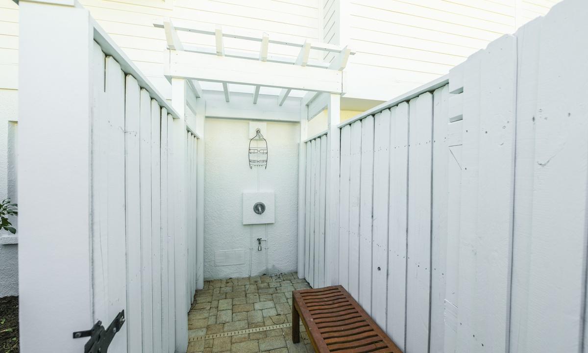 Outdoor Shower, Castaway Cove - AMI Locals