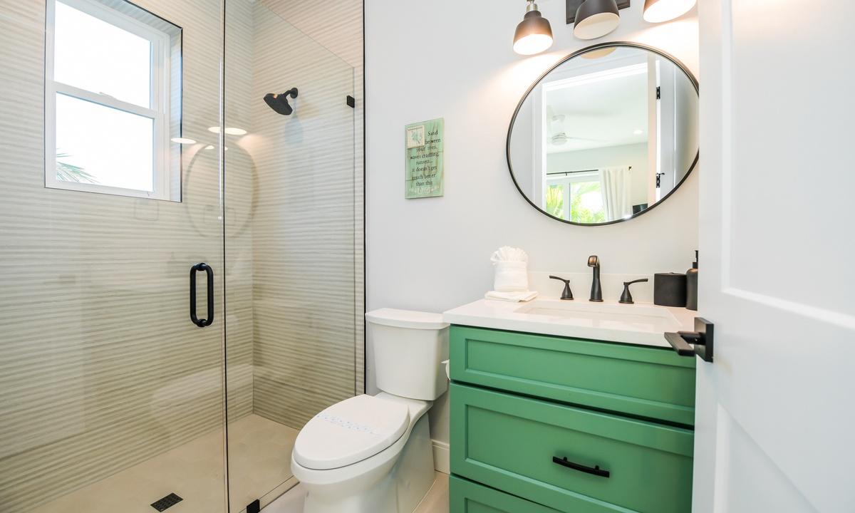 Ensuite Bathroom to Bedroom 2, Aqua Paradise - AMI Locals