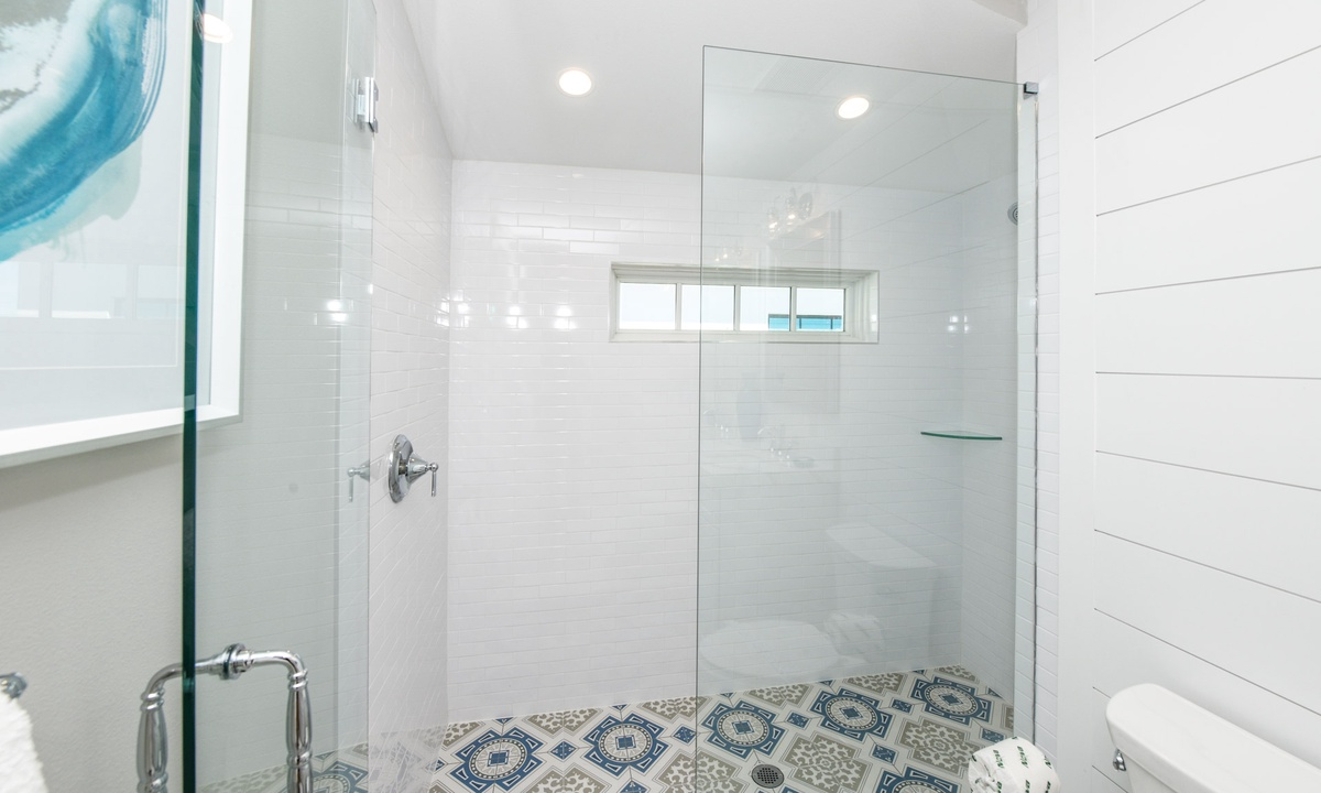 Ensuite Bathroom to Bedroom 7, Beachfront Paradise - AMI Locals