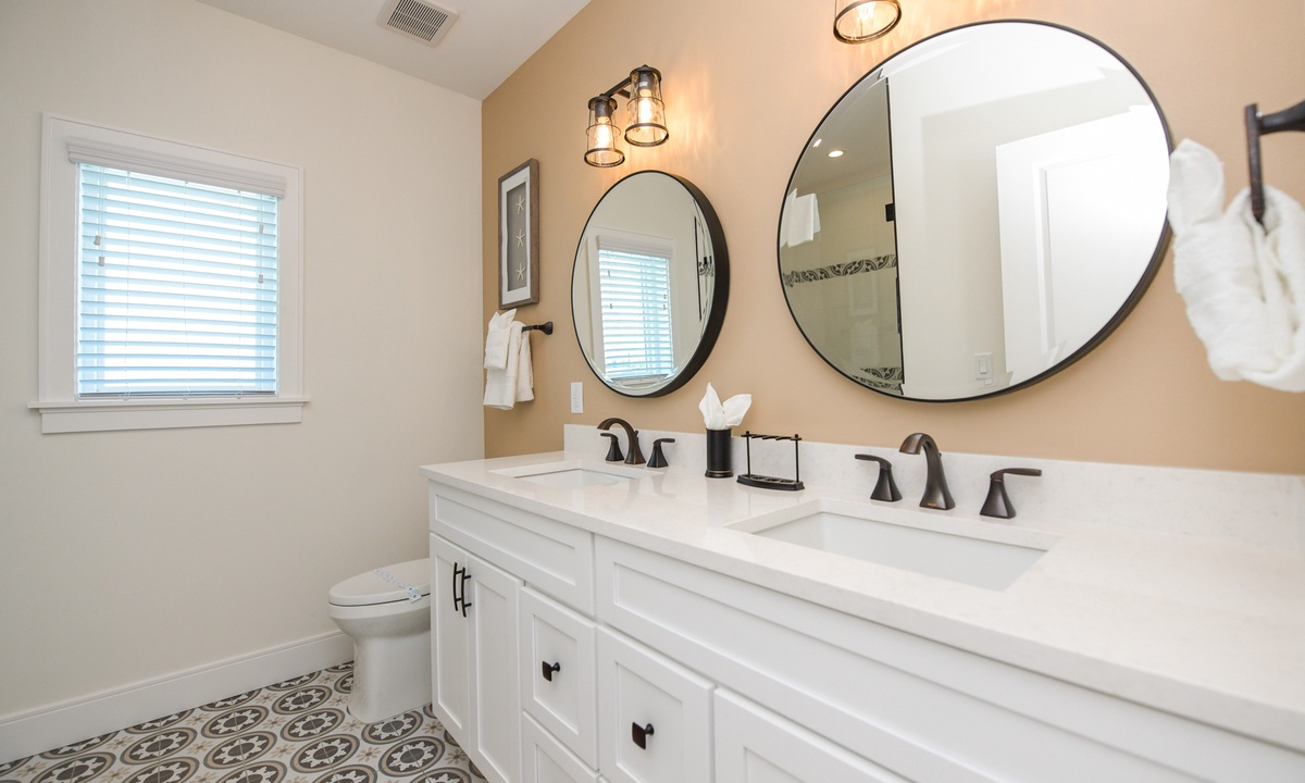 Ensuite Bathroom to Bedroom 4, Sea Forever - AMI Locals