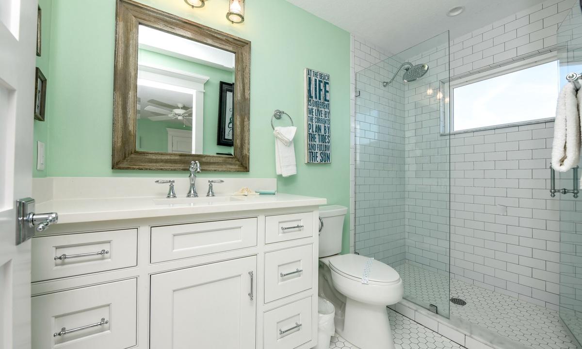Ensuite Bathroom to Bedroom 6, Bay View Beauty - AMI Locals