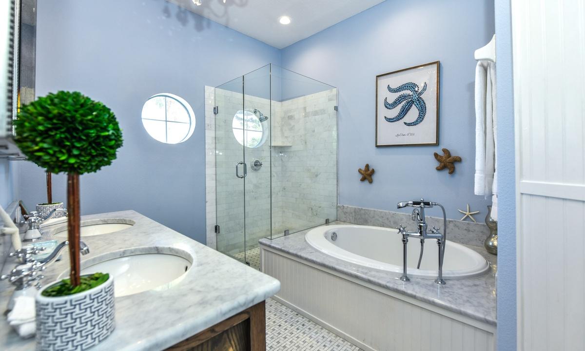Ensuite Master Bathroom, Castaway Cove - AMI Locals