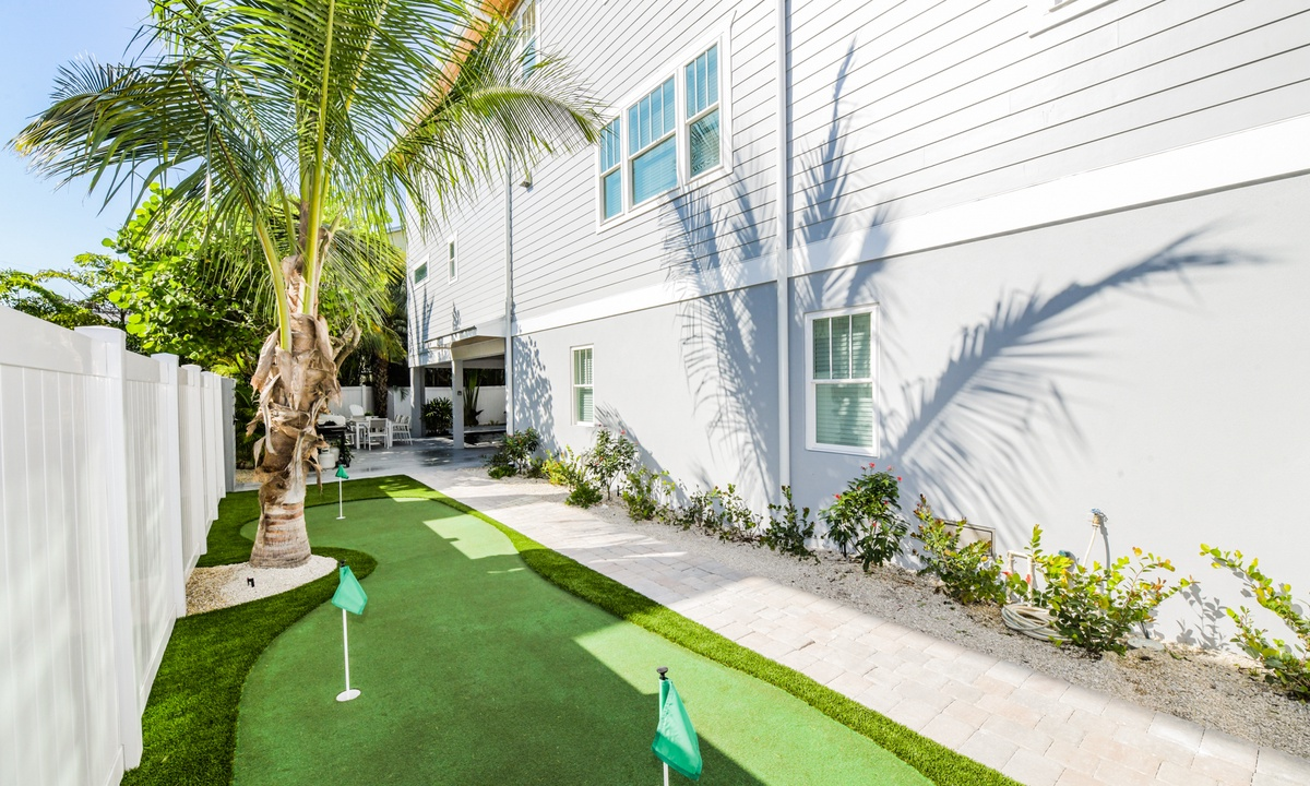Putting Green, Aqua Paradise - AMI Locals