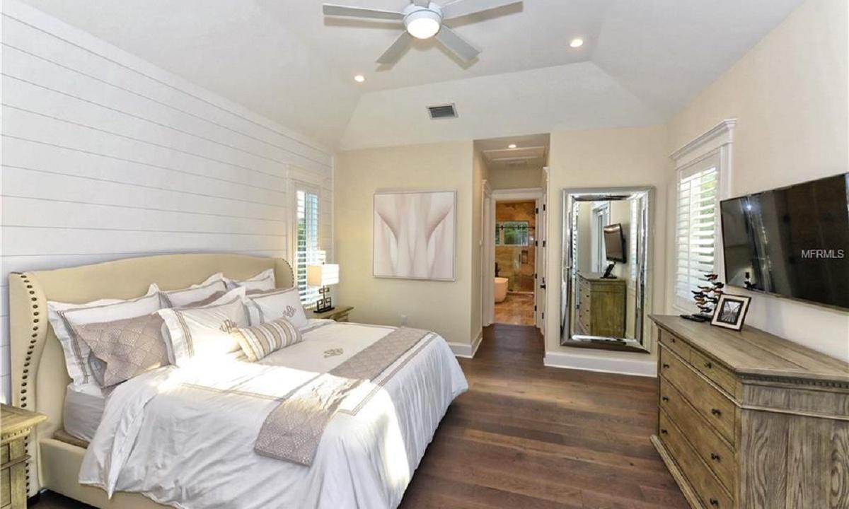 Bedroom 1, Seascape - AMI Locals