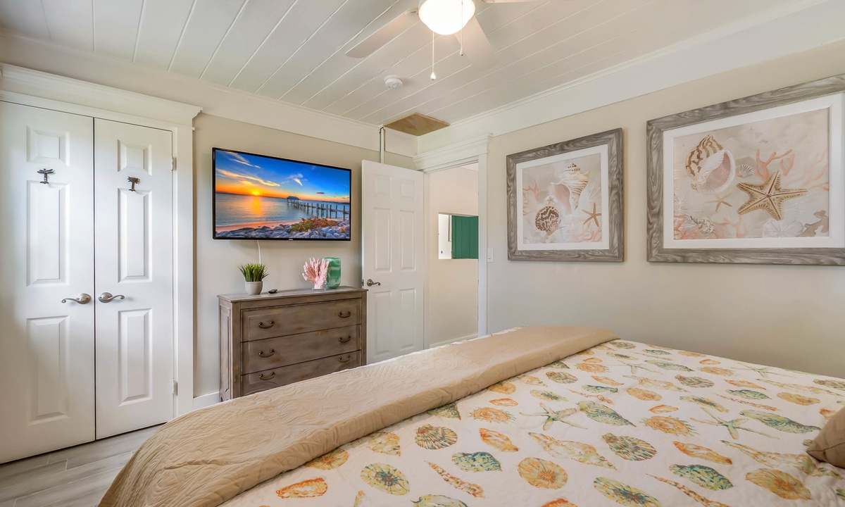 King bed, Spoonbill Suite at Driftwood - AMI Locals