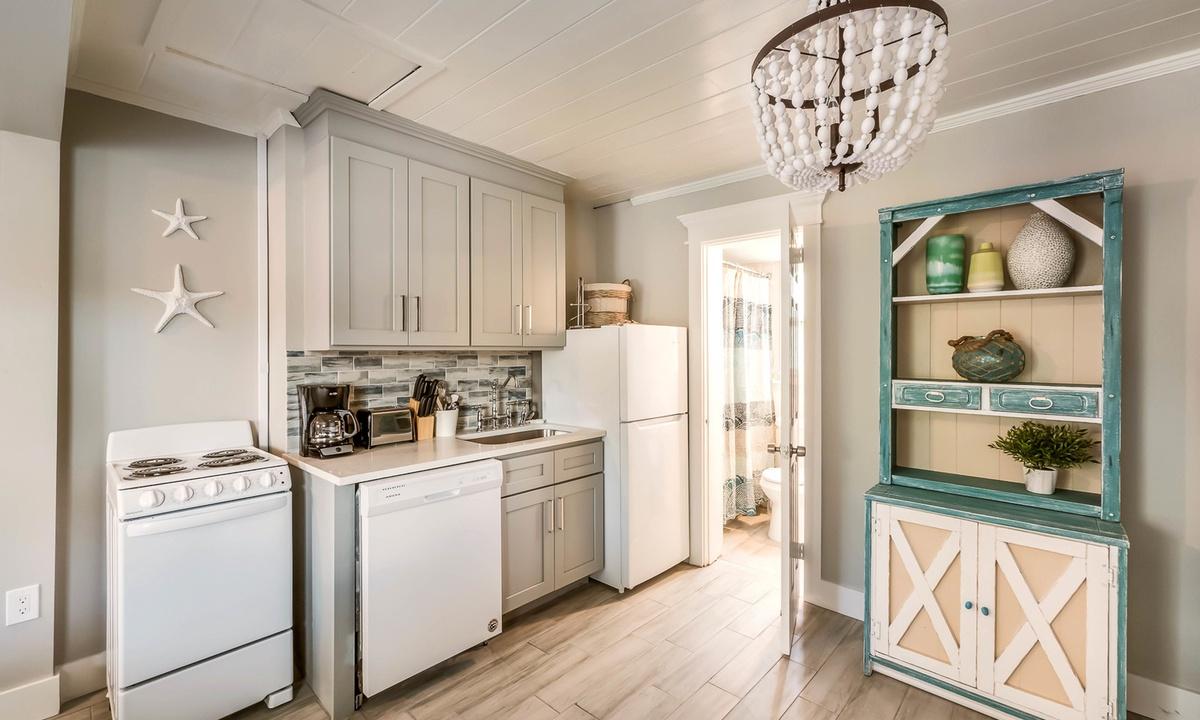 Efficiency Kitchen, Sandpiper Suite at Driftwood - AMI Locals