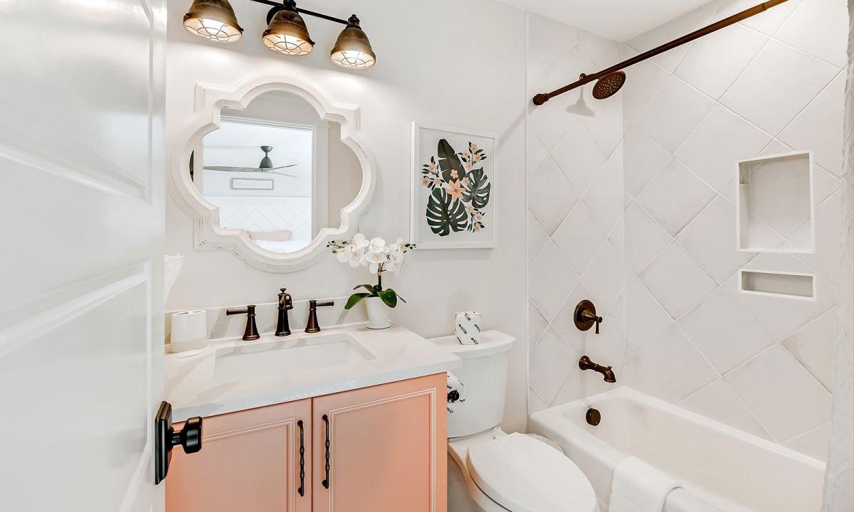 Ensuite Bathroom to Bedroom 6, On the Rocks - AMI Locals