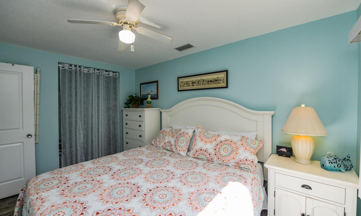 Bedroom 1, Lazy Livin' - AMI Locals