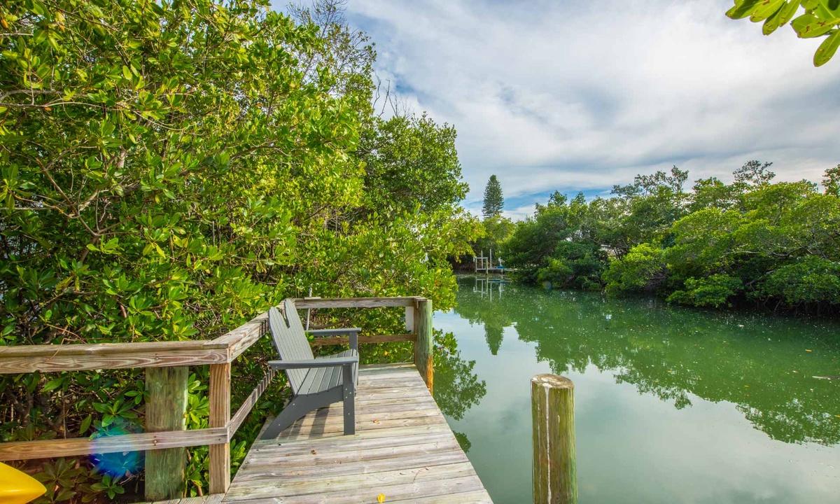 Dock, Bamboo Bungalow - AMI Locals