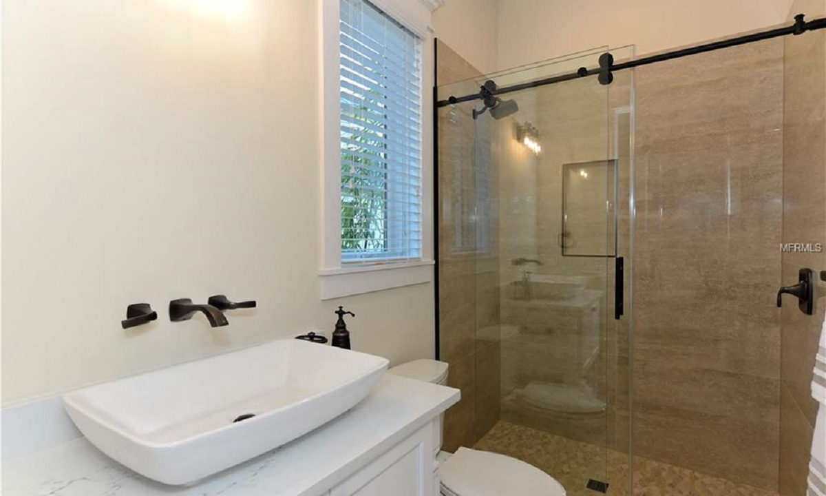 Ensuite Bathroom to Bedroom 3, Seascape - AMI Locals