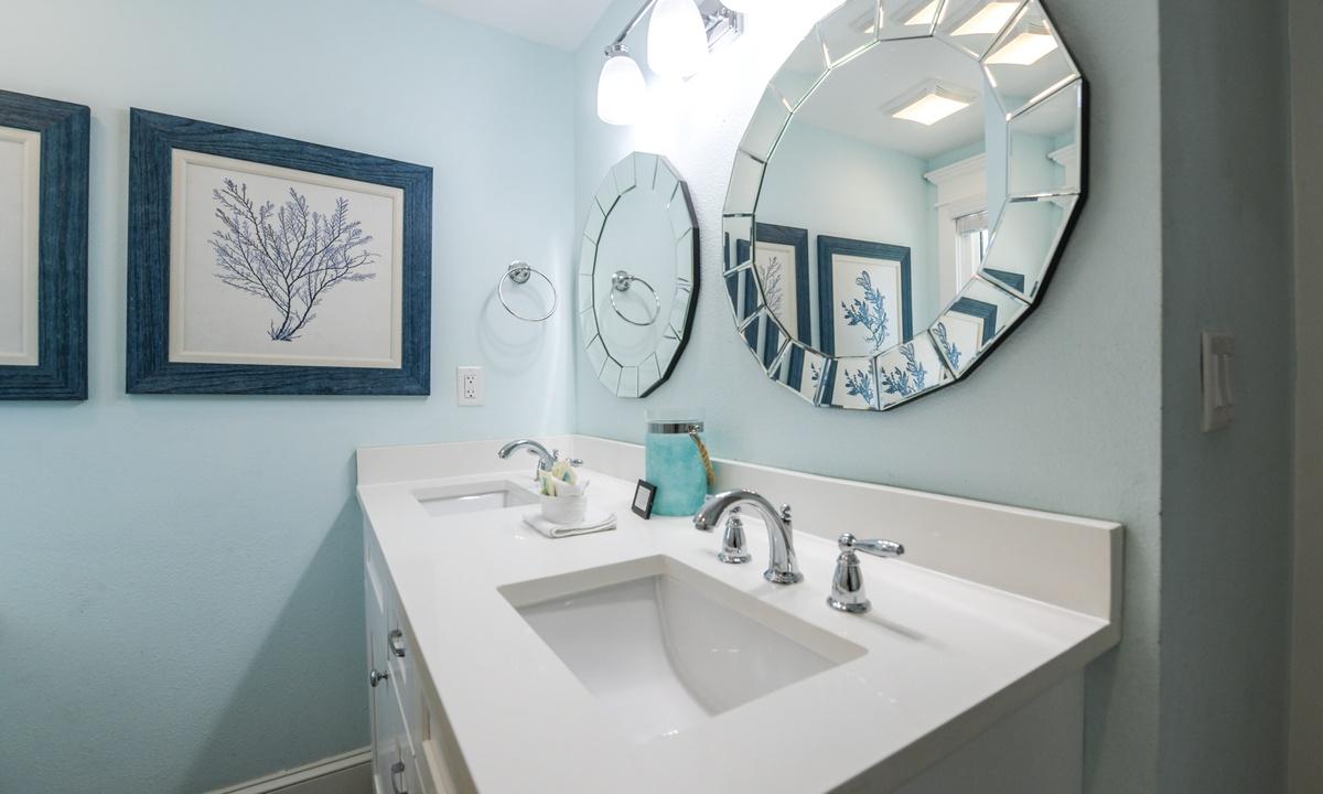 Hallway Bathroom, Bay Vista - AMI Locals