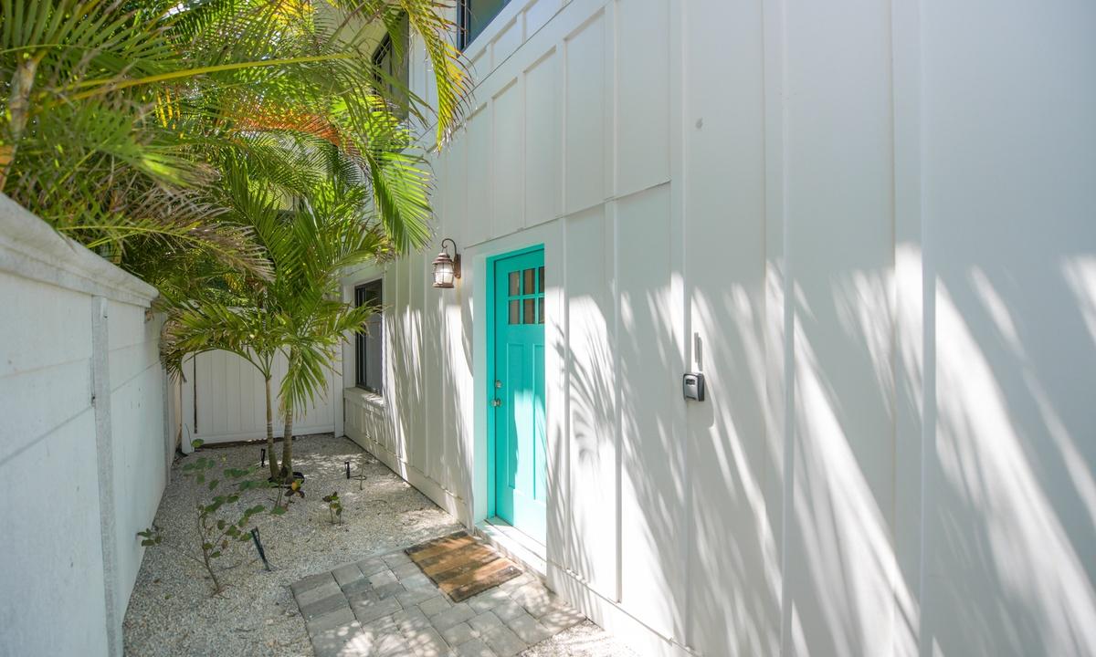 Entryway, Bay Breezes - AMI Locals