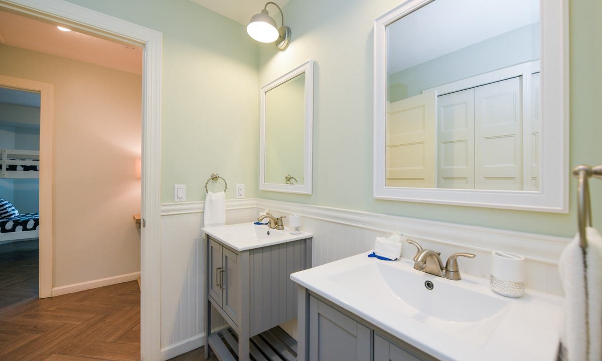 Hallway Bathroom, Bimini Breeze - AMI Locals