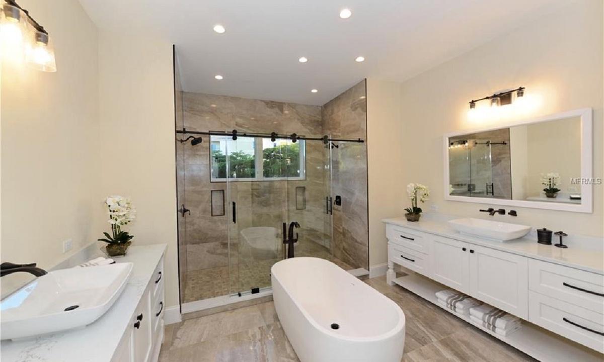 Ensuite Bathroom to Bedroom 1, Seascape - AMI Locals