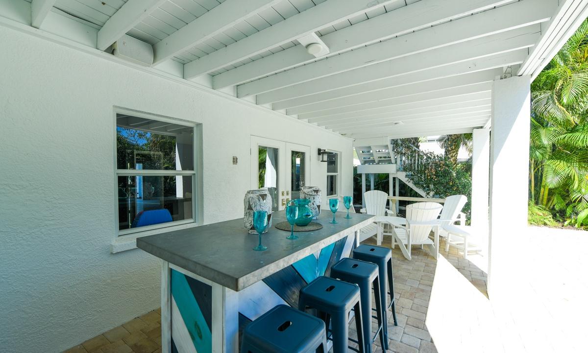 Outdoor Bar, Castaway Cove - AMI Locals