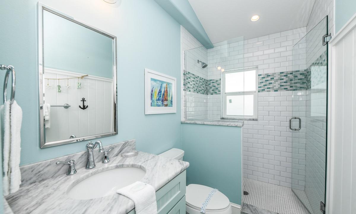 Hallway Bathroom Upper Level, Blue Bay - AMI Locals