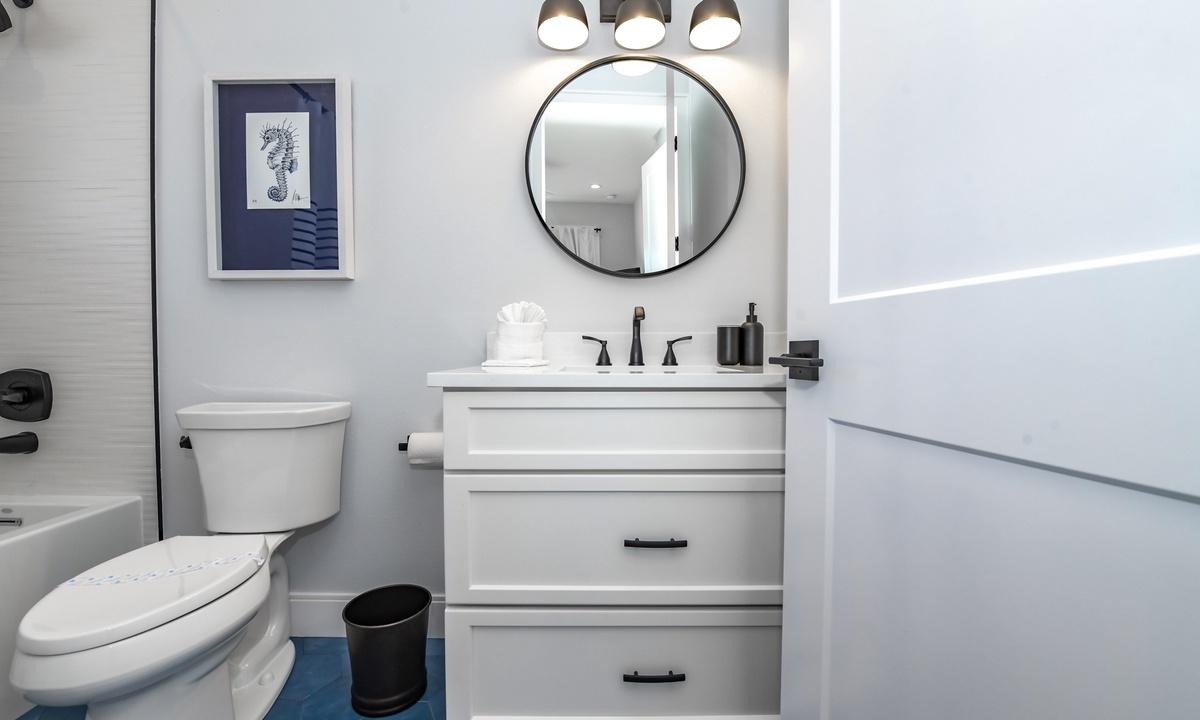 Ensuite Bathroom to Bedroom 4, Aqua Paradise - AMI Locals