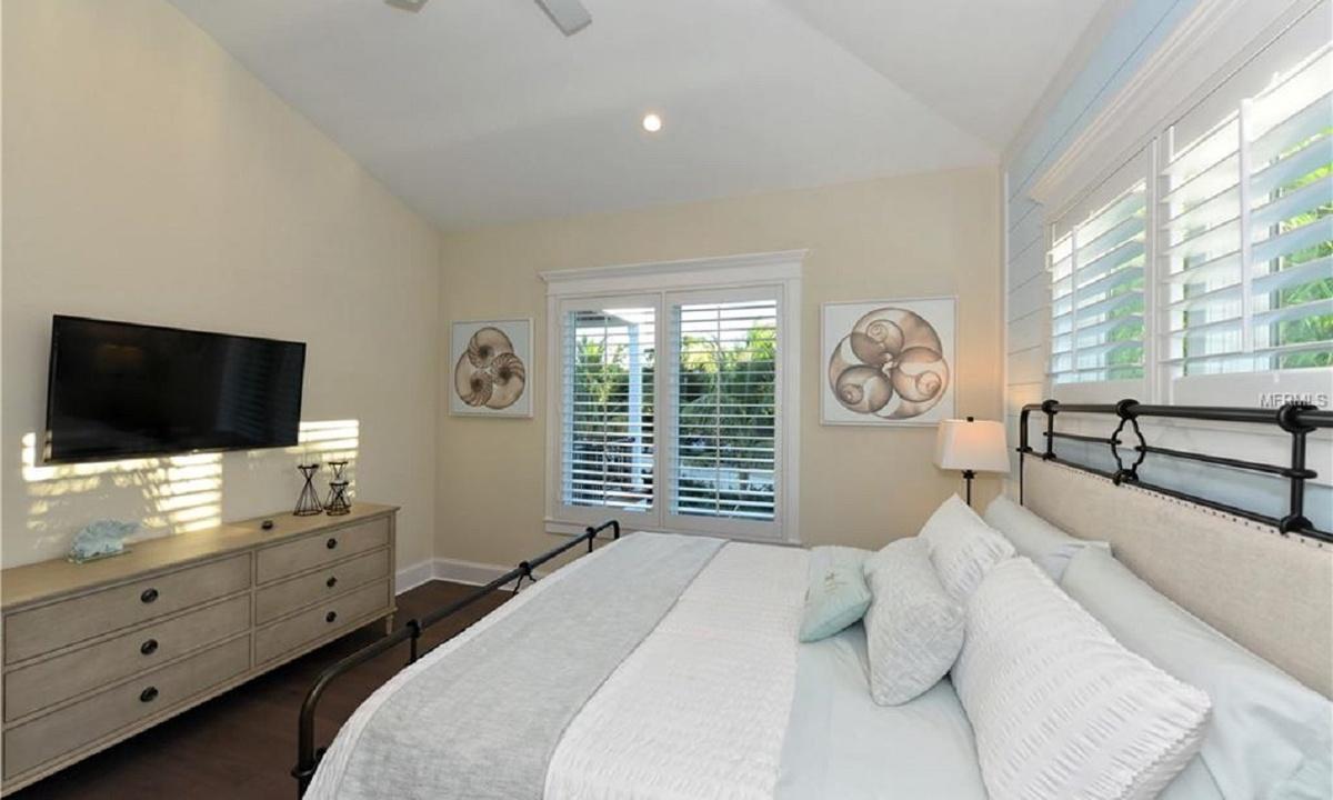 Bedroom 2, Seascape - AMI Locals