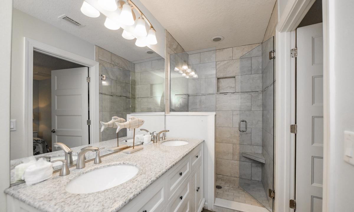 Ensuite Bathroom to Bedroom 4, Bimini Breeze - AMI Locals