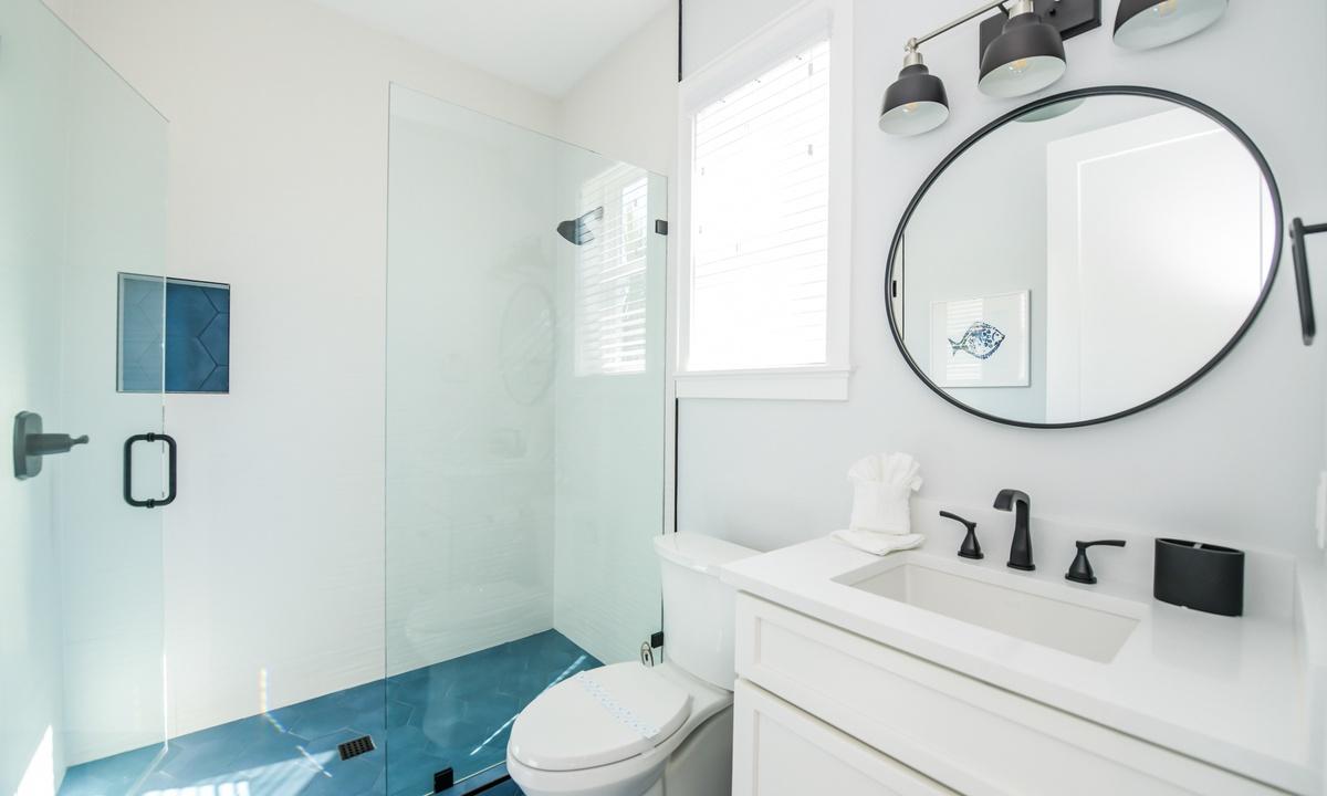 Ensuite Bathroom to Bedroom 1, Aqua Paradise - AMI Locals