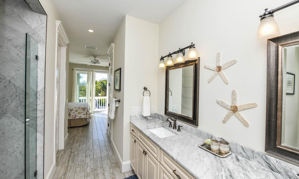 Ensuite Master Bathroom Main Level, Atlantis Beach House - AMI Locals