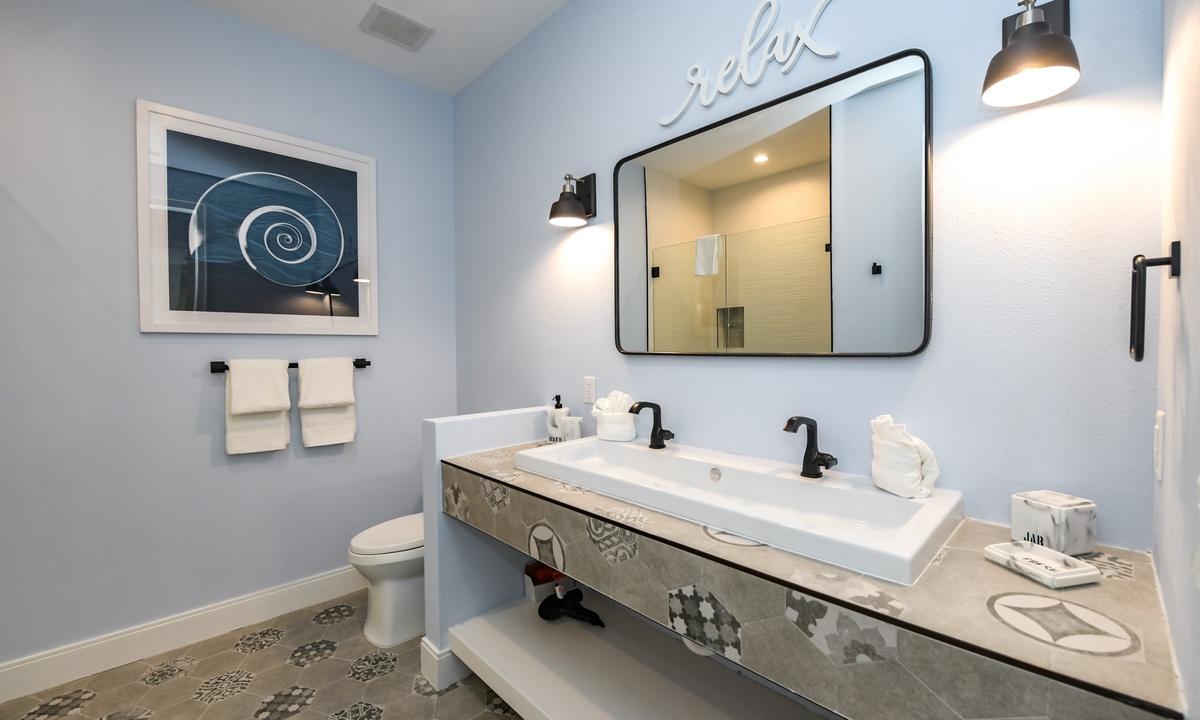 Ensuite Bathroom to Bedroom 6,  Aqua Paradise - AMI Locals