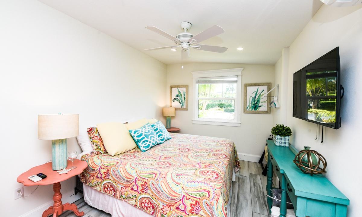 King bed, Villa Shrimp - AMI Locals