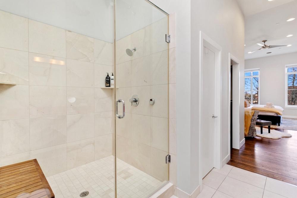 Ensuite bath with shower/sauna