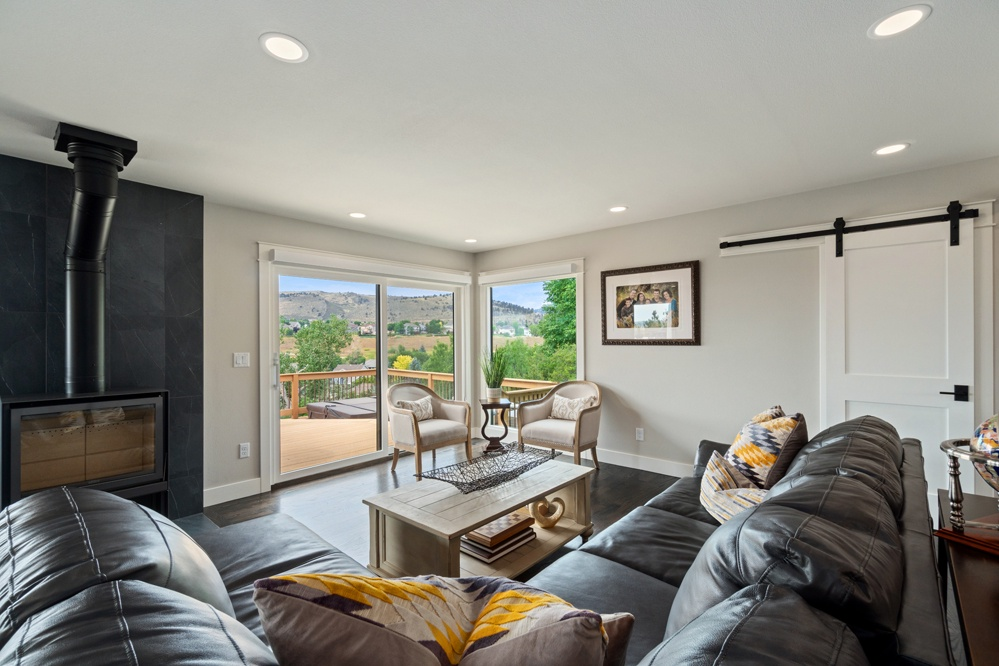 Sitting area with views of foothills and deck access