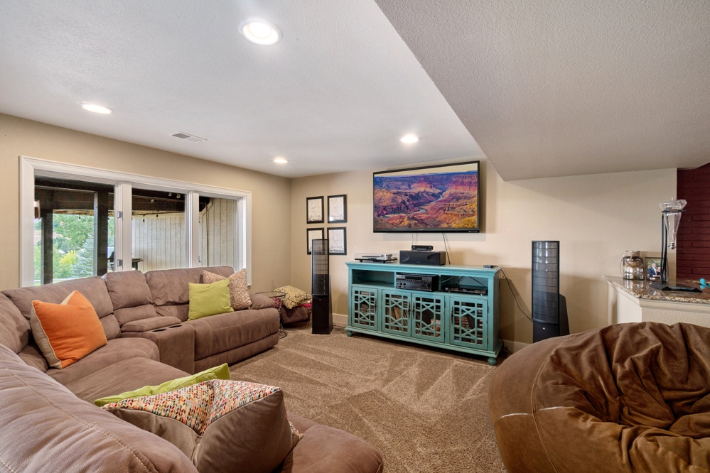 Lower level entertainment area with Smart TV and free Netflix