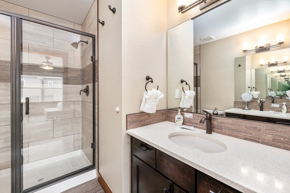 Ensuite bath with dual sinks and walk in shower