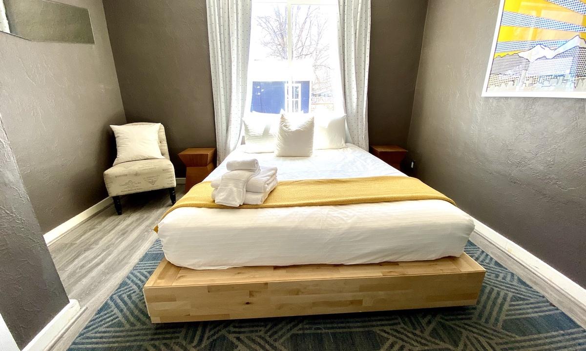 Bedroom 1 : Queen bed with desk