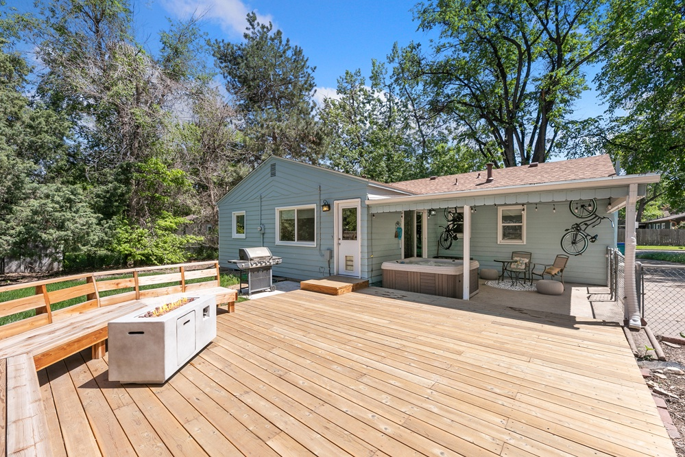 Great outdoor space for the whole family with hot tub, 2 cruiser bikes, and outdoor fire pit