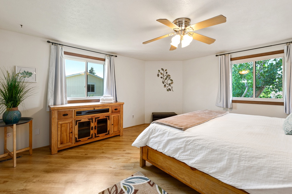 Master bedroom: King bed (upstairs)