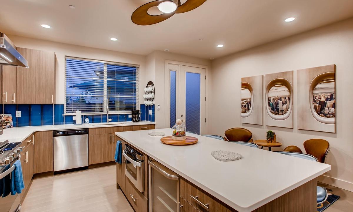 Kitchen, bar, and breakfast nook