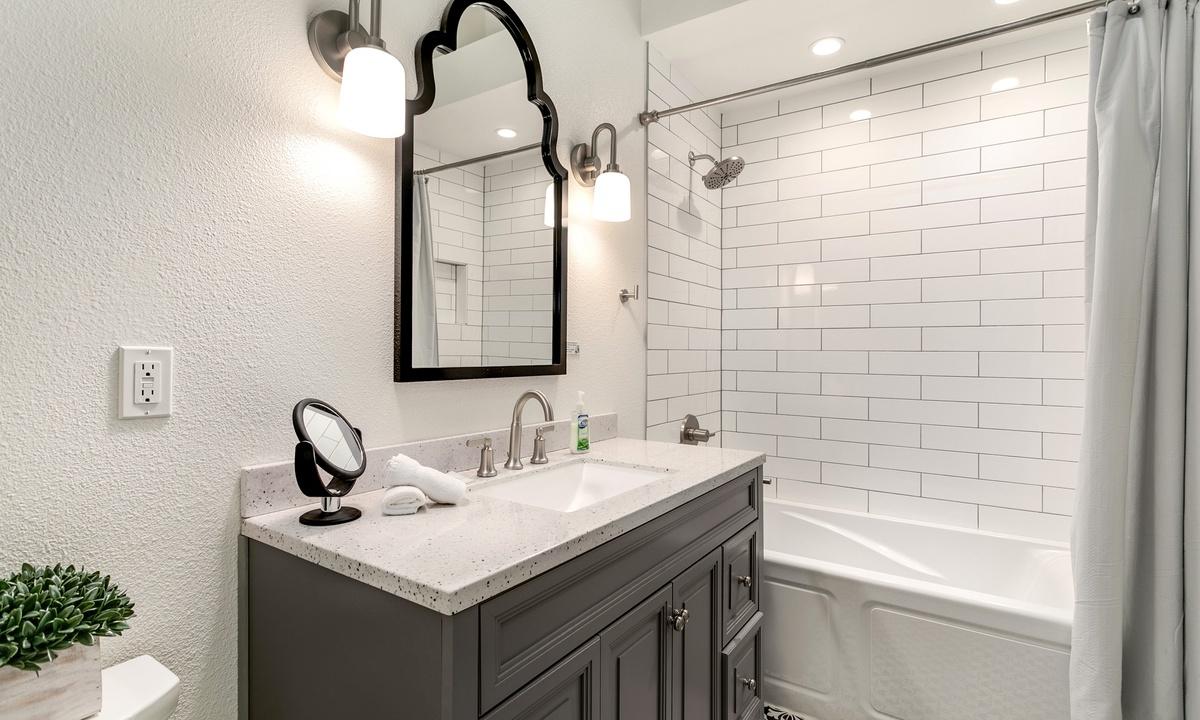 Bathroom 1: Ensuite bath with tub