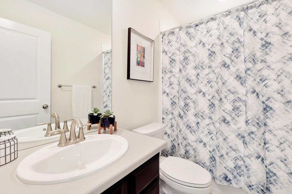 Share full bath on second floor