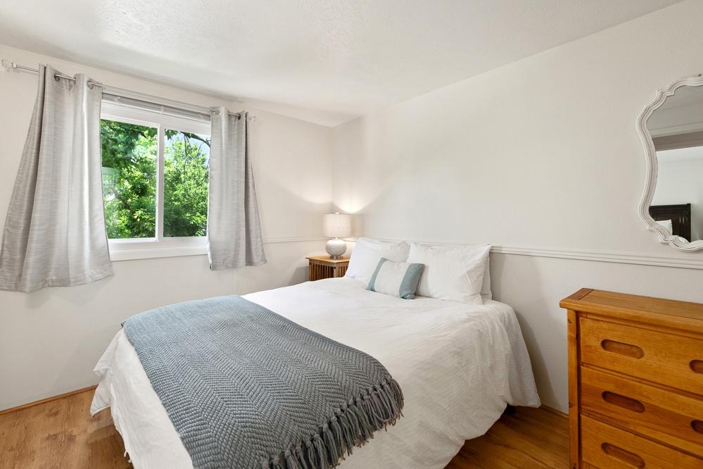 Bedroom 4: Queen bed (upstairs)