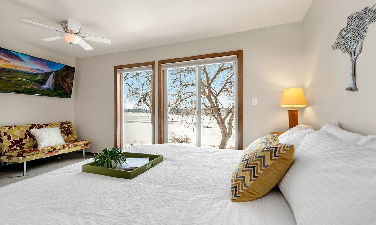 Master bedroom: King with views of Lake