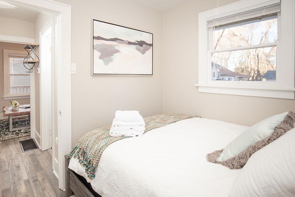 Bedroom 1: Queen, Main floor