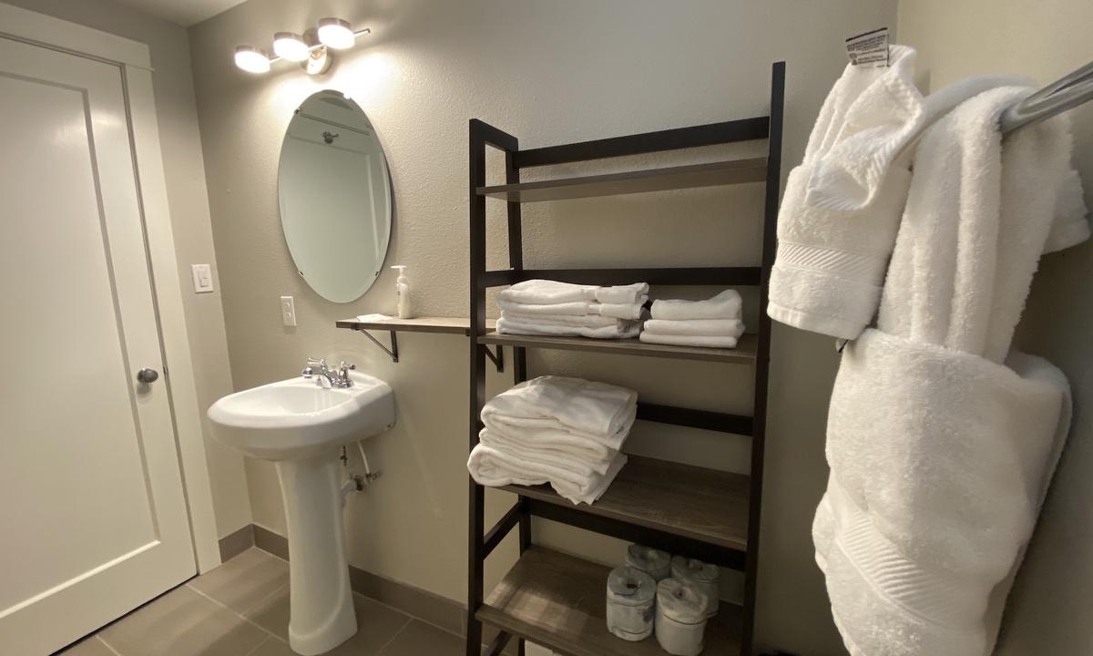 Bathroom 2: Full Bathroom