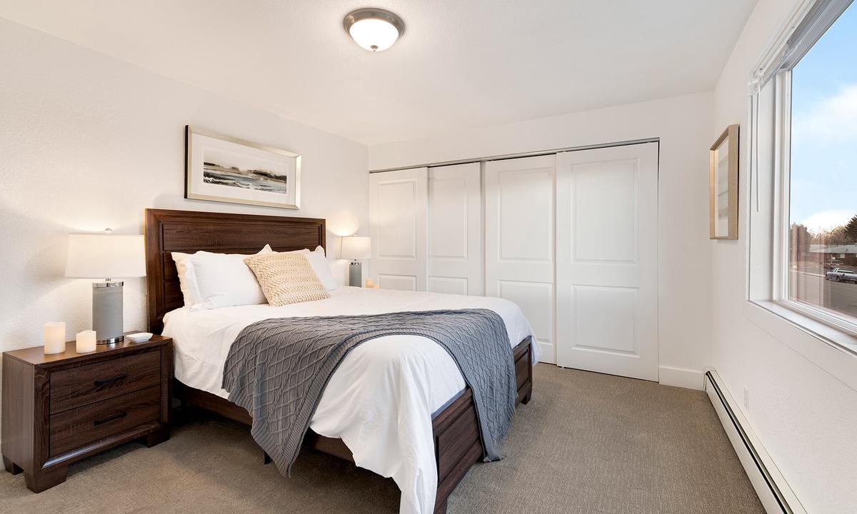 Bedroom 1: Queen (Upstairs)